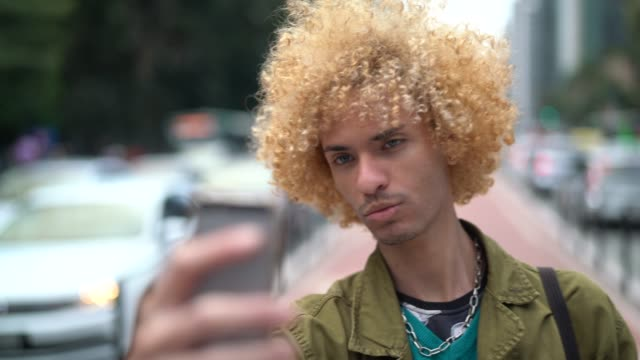 vídeos de stock, filmes e b-roll de homens elegantes com cabelo encaracolado, tomando um selfie - estilo de cabelo