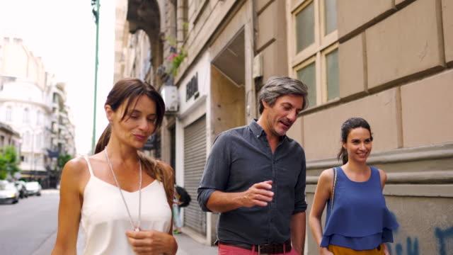 vidéos et rushes de personnes à la mode dans la rue à buenos aires - trentenaire
