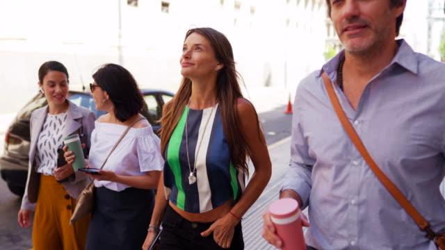 ブエノスアイレスの美しい日に歩くファッショナブルな人々 - sunny点の映像素材/bロール