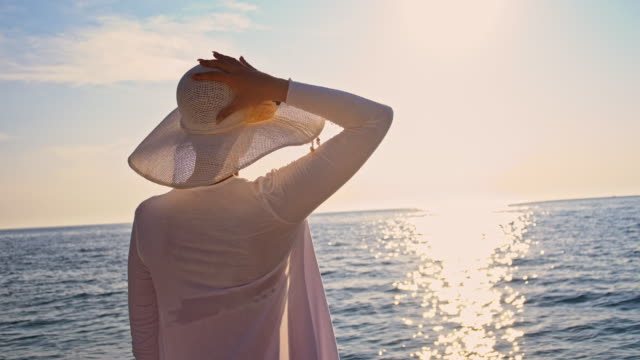 stockvideo's en b-roll-footage met slo mo modieuze vrouw door de zee - hemden en shirts