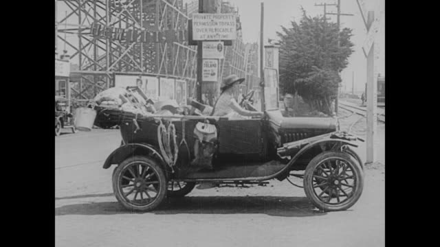 1923 fashionable woman gets inside jalopy - 1923 stock-videos und b-roll-filmmaterial