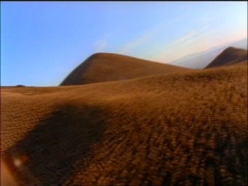 fast aerial point of view brown textured desert mountains / san felipe, baja california, mexico - バハカリフォルニア点の映像素材/bロール