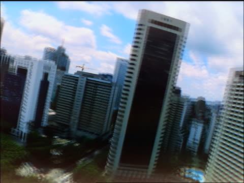 fast aerial point of view petronas twin towers + skyscrapers / lands by sultan abdul samad bldg / kuala lumpur - sultan abdul samad gebäude stock-videos und b-roll-filmmaterial