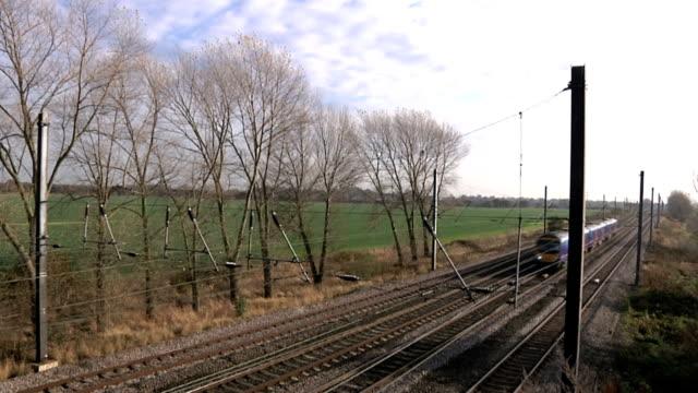 vidéos et rushes de train de banlieue rapide - voie ferrée