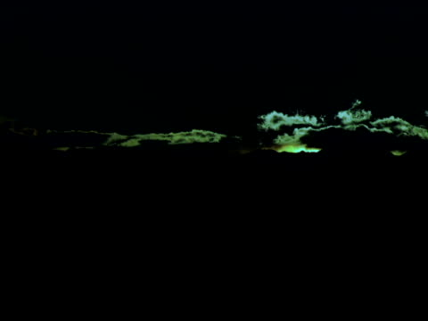 fast 夜明けの田園地帯の丘の上で - 撮影機材点の映像素材/bロール