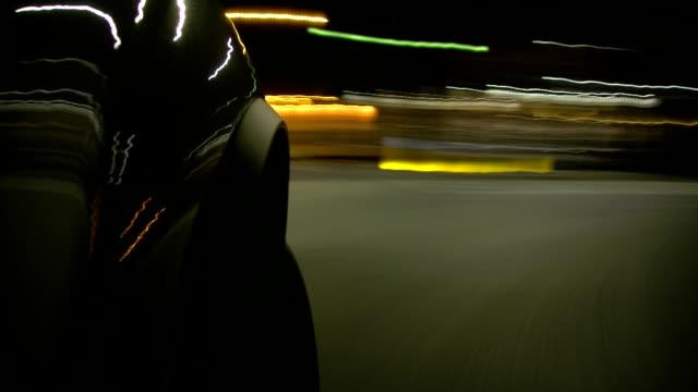 vidéos et rushes de voiture rapide dans la nuit - ouverture du diaphragme