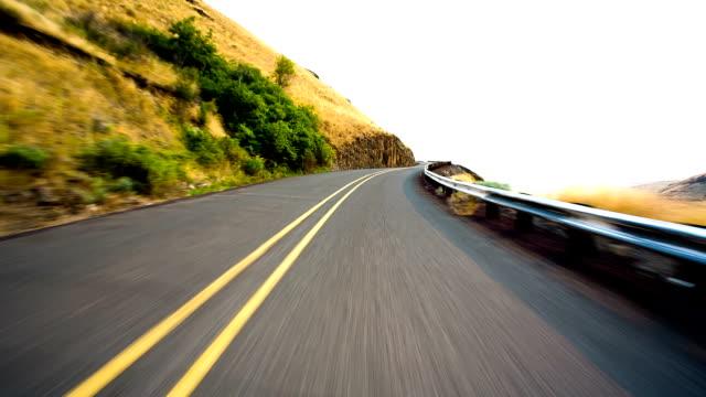 vídeos de stock, filmes e b-roll de rápido de carro - colina acima