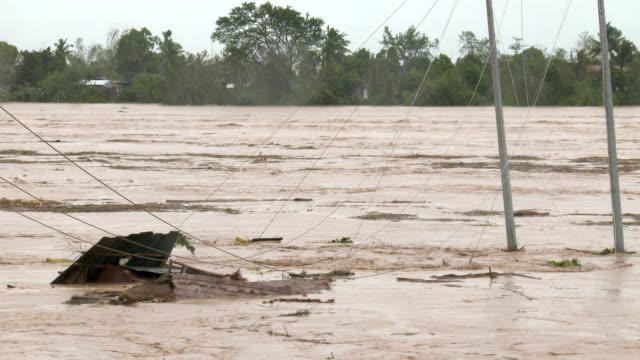 vídeos de stock e filmes b-roll de fast flowing river full of debris as typhoon koppu hit philippines on 18th october 2015 - filipinas