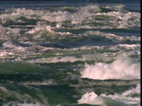 vidéos et rushes de fast flowing tidal swell flows over buccaneer archipelago, kimberley, western australia - effet visuel
