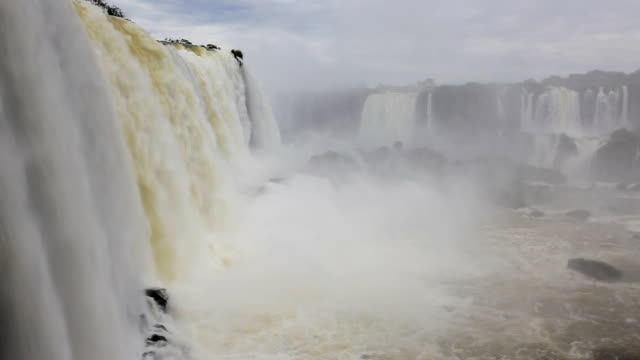 vídeos y material grabado en eventos de stock de fast flowing water view of the iguacu falls, foz do iguacu, brazil, south america - cataratas del iguazú