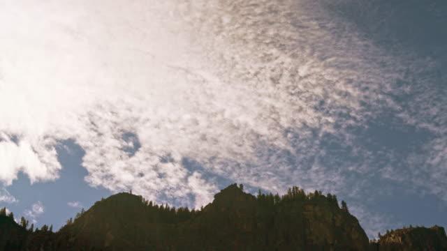 vídeos de stock, filmes e b-roll de rápido nuvens sobrevoando as montanhas / vista para o vale de yosemite cênica no verão indiano - cedro do líbano