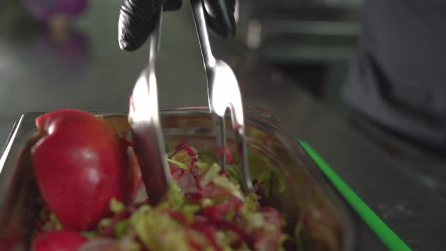 vidéos et rushes de la restauration rapide comme choix de petit déjeuner quotidien - cantine