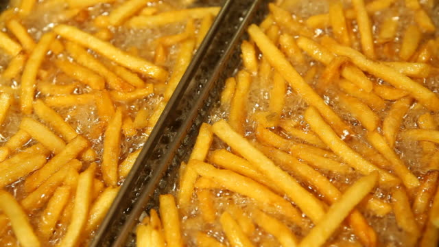 fast food french fries in restaurant deep fryer - korg bildbanksvideor och videomaterial från bakom kulisserna