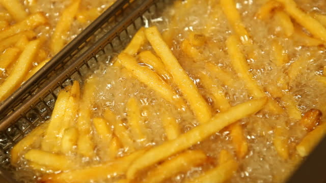 fast food french fries in restaurant deep fryer - unhealthy eating 個影片檔及 b 捲影像