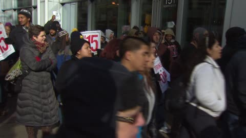 vidéos et rushes de fast food workers go on strike fast food workers in 100 u.s. cities went on strike to protest for higher wages and the right to unionize fast food... - fast food