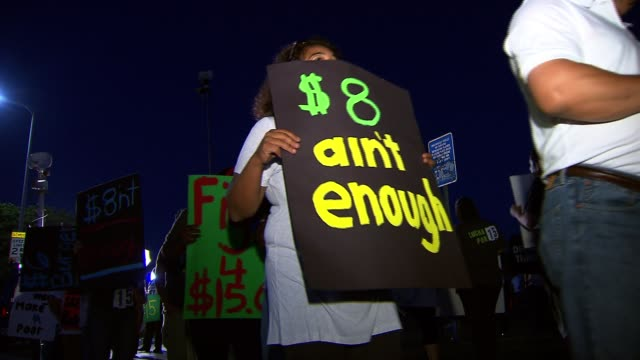 vidéos et rushes de fast food workers go on strike for higher wages on august 29, 2013 in los angeles, california - fast food