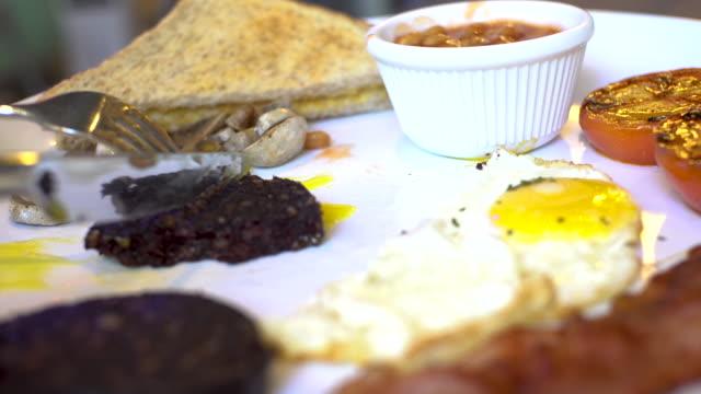 vídeos y material grabado en eventos de stock de fast forward inglés full breakfast huevos de pudín negro - huevos fritos de un solo lado