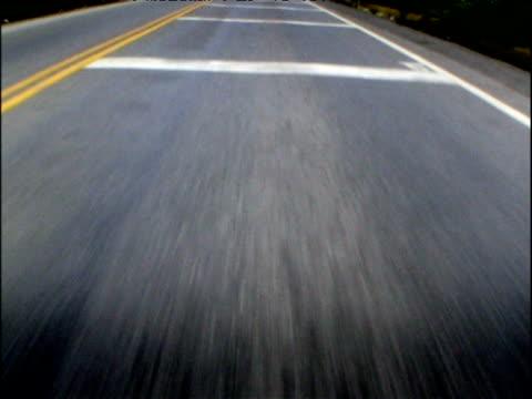 vídeos de stock, filmes e b-roll de fast forward track along road ecuador - pista asfaltada