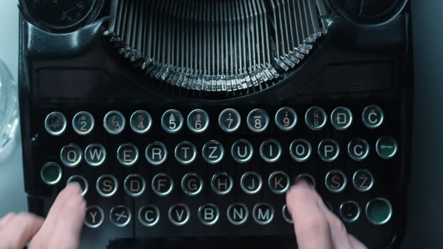 ld fast nyckel trycka på gamla skrivmaskin - skrivmaskin bildbanksvideor och videomaterial från bakom kulisserna
