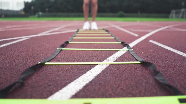 vídeos de stock e filmes b-roll de fast legs - ténis calçado desportivo