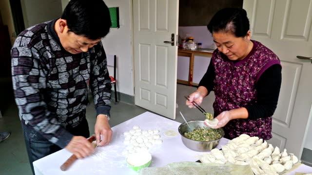 vídeos de stock, filmes e b-roll de câmera rápida para fazer bolinhos de chinês - bolinho de massa