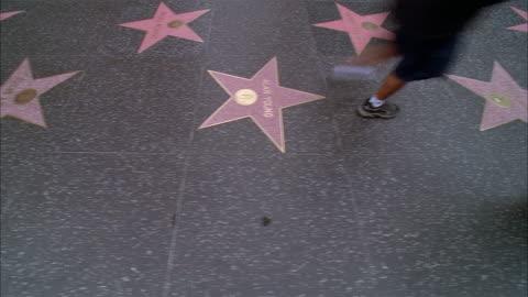 vídeos y material grabado en eventos de stock de fast motion of pedestrians walking on hollywood walk of fame / hollywood, california - paseo de la fama