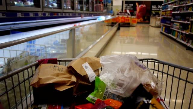 Mouvement rapide supermarché trolley