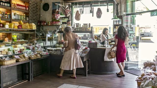vídeos de stock e filmes b-roll de fast motion time lapse of proprietors and gourmet shoppers - pequenas empresas