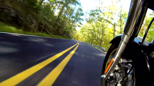 stockvideo's en b-roll-footage met fast motorcycle ride, camera side view mounted - motor