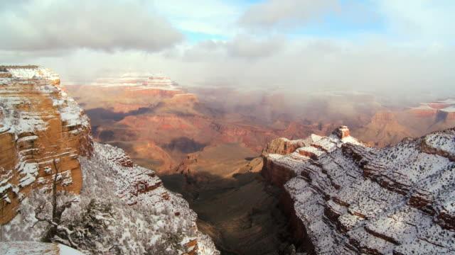 vídeos y material grabado en eventos de stock de ws fast moving clouds over snow covered sandstone in winter / colorado,united states  - cañón tipo de valle