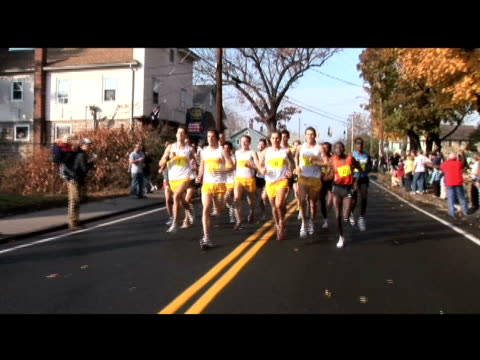 vídeos y material grabado en eventos de stock de fast runners in a group lead the manchester road race lead pack of runners going very fast on january 01 2012 in manchester ct - salmini