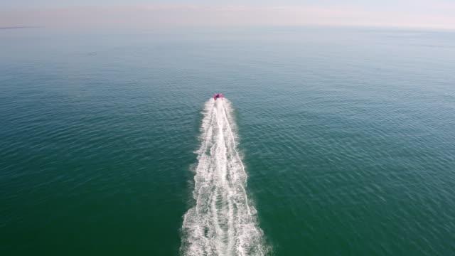 fast speedboat offshore - motoscafo da competizione video stock e b–roll