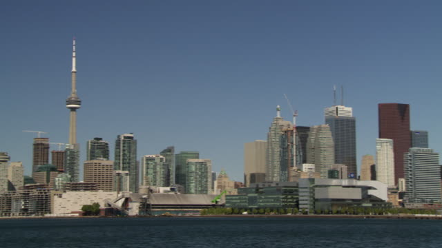 stockvideo's en b-roll-footage met a fast swish pan to the toronto skyline.  the cn tower is featured to the left. - cn tower