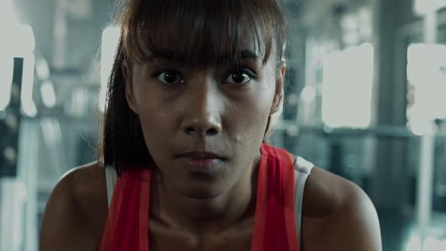 vidéos et rushes de verticale rapide d'inclinaison vers le haut de la femme de sport. - tête composition