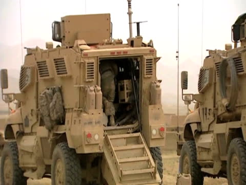 fast zoom on soldier running into tank during battle with insurgents afghanistan 28 january 2010 - 2001年~ アフガニスタン紛争点の映像素材/bロール