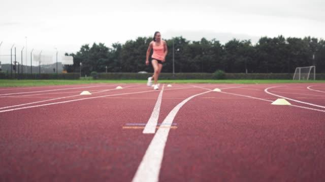 vídeos y material grabado en eventos de stock de más rápido y más rápido - corredora de footing