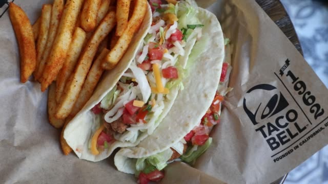 us fastfood chaintaco bell corpis planning a spicedup expansion inthailandas the company grows its global footprint the first one opened on... - servierfertig stock-videos und b-roll-filmmaterial