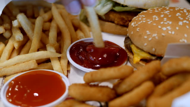 vidéos et rushes de restauration rapide  - unhealthy eating