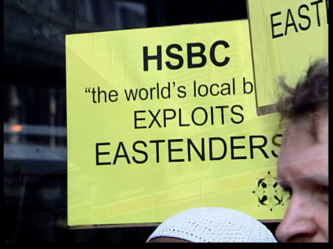government to act itn lib from server hsbc emplyees protesting outside agm hsbc building clean feed tape = d0516073 or d0516074 001030 to programme... - jahreshauptversammlung stock-videos und b-roll-filmmaterial