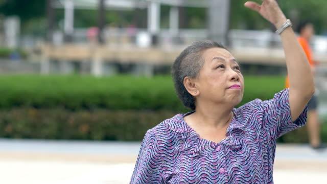 vídeos y material grabado en eventos de stock de ejercicio de relajación gorda senior en el parque - 60 69 años