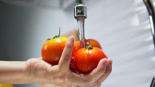 stockvideo's en b-roll-footage met dikke vrouw die groenten eet - antioxidant