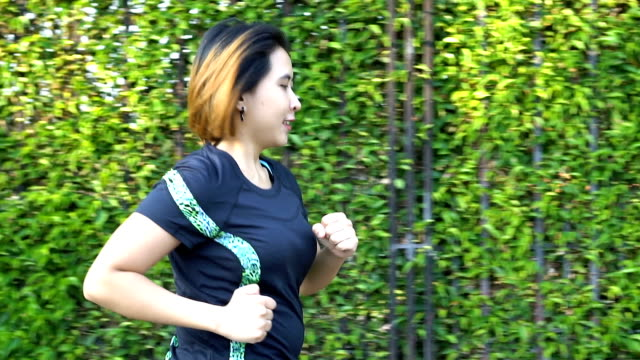 fat frau laufen - joggerin stock-videos und b-roll-filmmaterial