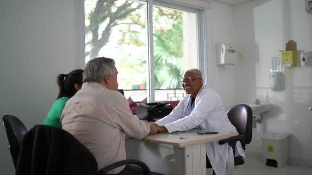 vidéos et rushes de père une fille sur le rendez-vous médical célébrant de bonnes nouvelles - cabinet médical