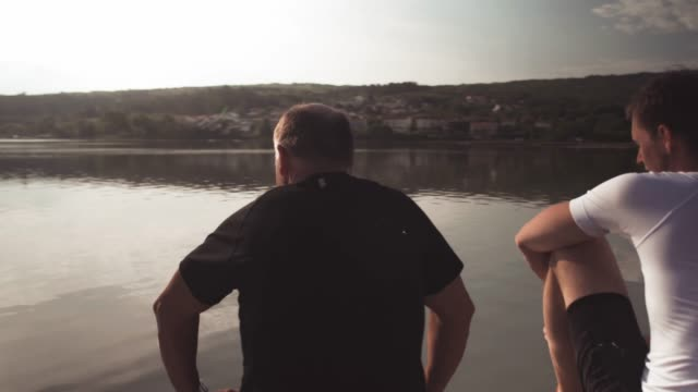 vídeos de stock e filmes b-roll de father and adult son spending time together - masculinidade moderna