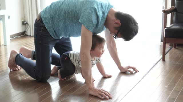 父と男の子の楽しい時を過す時間家の中。