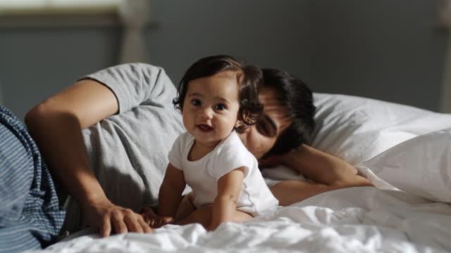 vídeos y material grabado en eventos de stock de father and baby on a bed - polinesio