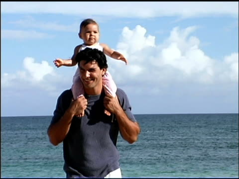 stockvideo's en b-roll-footage met father and baby on beach - genderblend