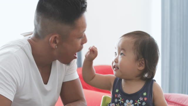 父と赤ちゃんを食べるふりをしています。 - 動画関連点の映像素材/bロール
