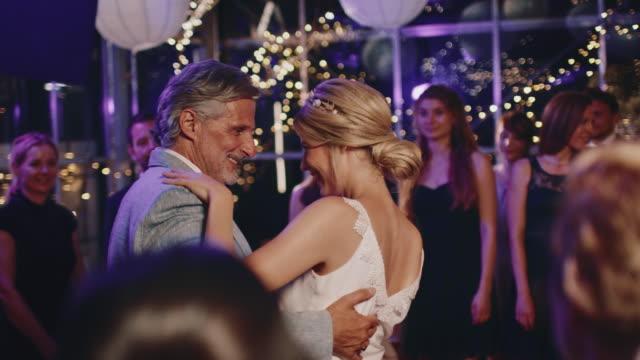 vídeos y material grabado en eventos de stock de padre y novia haciendo baile de salón en la boda - novia relación humana