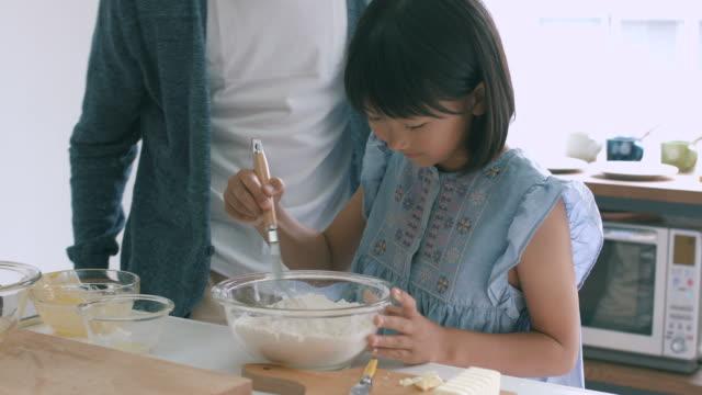 父と娘焼く一緒 - daughter点の映像素材/bロール
